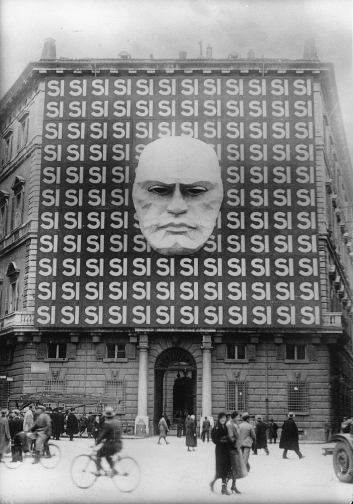 "UNSPECIFIED - CIRCA 1934:  Propaganda in Rome, on the facade of the Palazzo Braschi in Rome, Photograph, 28,03, 1934  (Photo by Imagno/Getty Images)  [?berdimensionale Wahlpropaganda an der Fassade des Palazzos Braschi in Rom, Hinter dem Kopf von Benito Mussolini in st?ndiger Wiederholung das Wort ""si"" (ital, ""ja""), Italien, Photographie, 28,3,1934]"